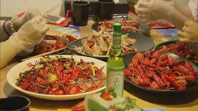 """这虾搞大了!六神推出花露水风味小龙虾,这个""""红配绿""""是啥味道?"""